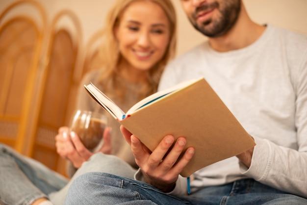 Пара крупным планом, читающая вместе Premium Фотографии