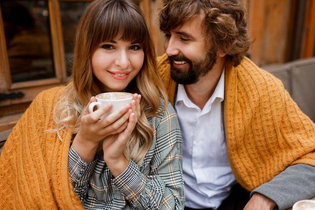 愛の幸せなハグカップルの居心地の良い暖かい肖像画を閉じます。 無料写真