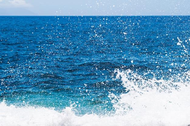 파도 함께 근접 크리스탈 물 프리미엄 사진