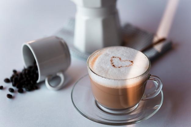 Чашка кофе латте с чайником Бесплатные Фотографии