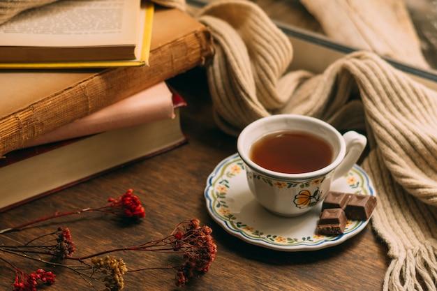 Close-up tazza di tè con libri Foto Gratuite