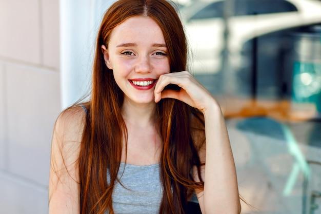 Крупным планом милый портрет красивой рыжей женщины, с удивительными длинными волосами, свежим естественным макияжем, широкой улыбкой и глазами, пастельными мягкими цветами, нежным чувственным настроением. Бесплатные Фотографии