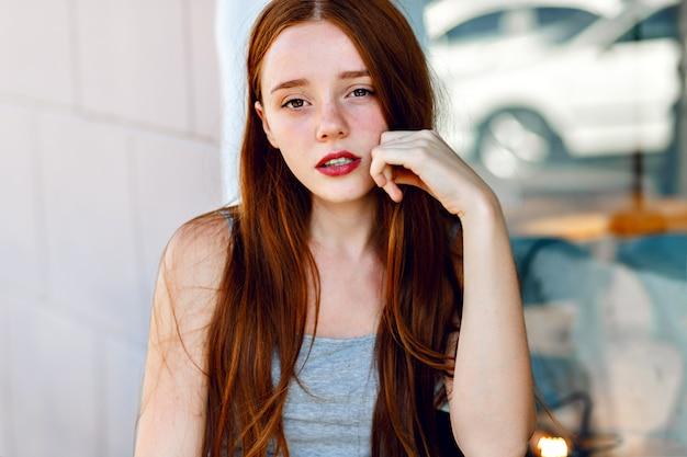 Chiuda sul ritratto carino di donna bella rossa, con capelli lunghi incredibili, trucco naturale fresco, grande sorriso e occhi, colori tenui pastello, umore tenero e sensuale. Foto Gratuite