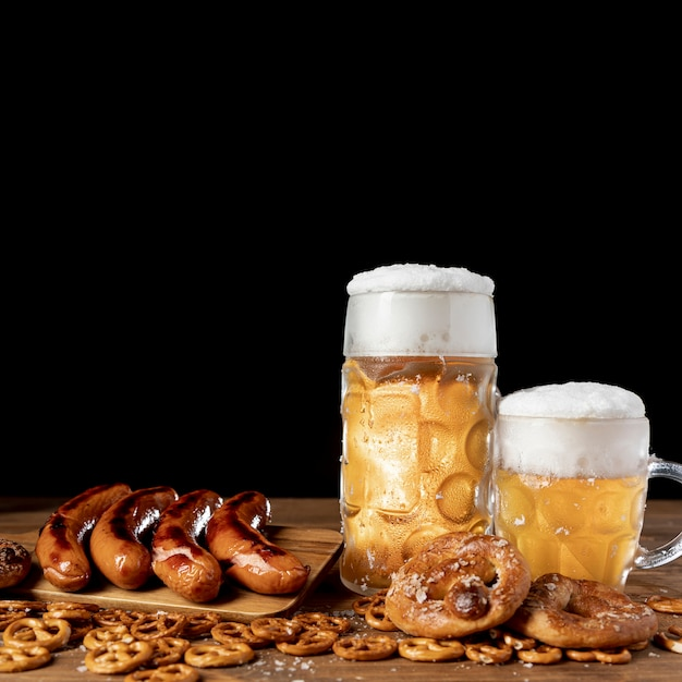 Close-up delicious bavarian drinks and snacks Free Photo
