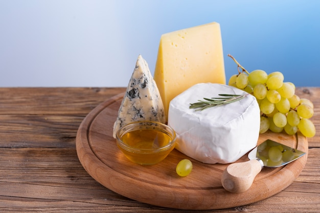 Close-up delicious cheese and grapes Free Photo