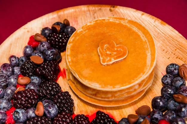 ベリーとクローズアップのおいしいパンケーキ 無料写真