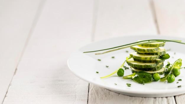 Primo piano di una deliziosa insalata su un piatto bianco Foto Gratuite