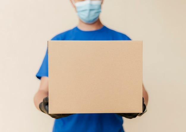 Крупный план доставки человек, держащий коробку Бесплатные Фотографии