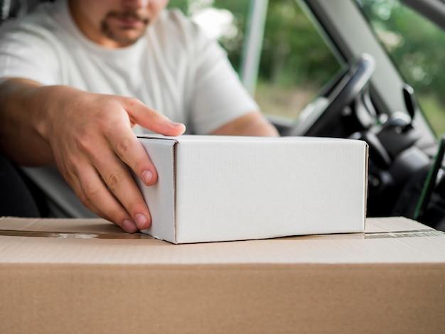 Крупный план доставки человек в машине Бесплатные Фотографии