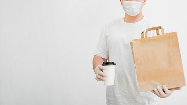 Maschera d'uso del fattorino del primo piano Foto Gratuite