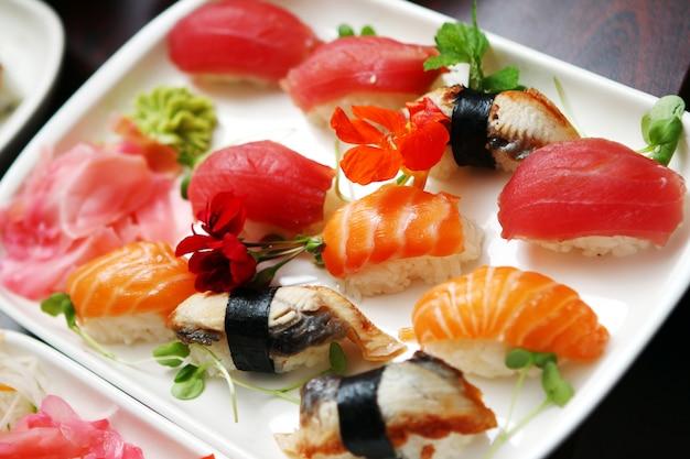 Chiuda in su dei sushi differenti Foto Gratuite