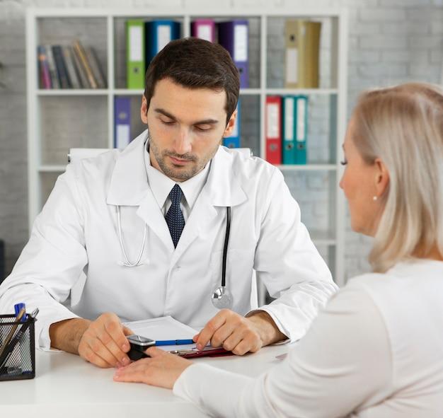 클로즈업 의사 검사 환자 무료 사진