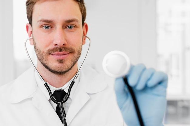 Stetoscopio della holding del medico del primo piano Foto Gratuite