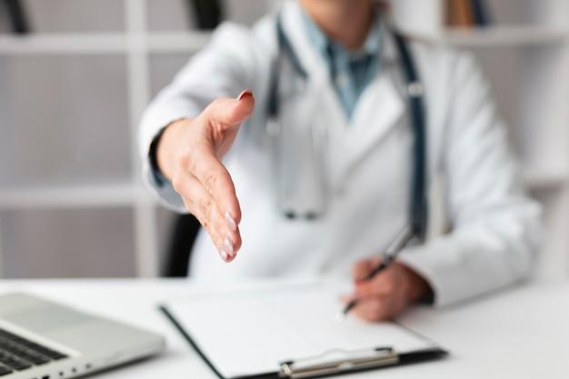Врач крупным планом ждет, чтобы пожать руку пациента Бесплатные Фотографии