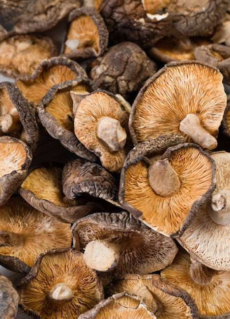 Chiuda su dei funghi di shiitake secchi su fondo di legno Foto Gratuite