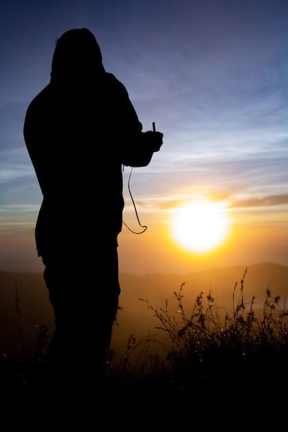 Avvicinamento. pilota di drone all'alba sul vulcano batur. bali indonesia Foto Gratuite