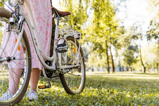 自転車に乗ってエレガントな女性のクローズアップ 無料写真