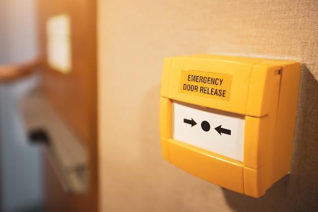 建物の非常口でドアを解放するためのクローズアップの緊急用交換機。 Premium写真