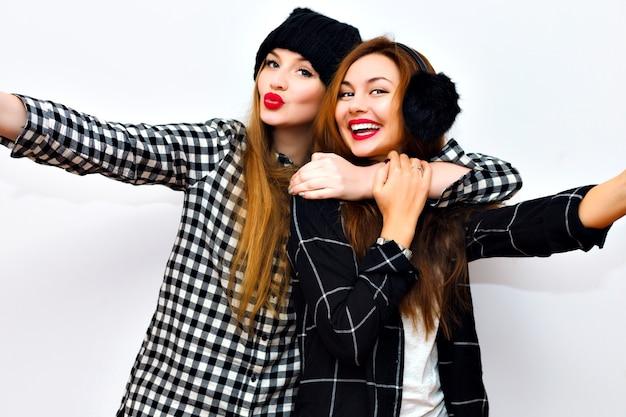 興奮した2人の姉妹の感情的な肖像画をクローズアップ。 無料写真
