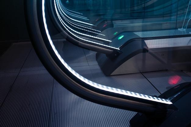 Заделывают украшение эскалатора световым знаком Premium Фотографии