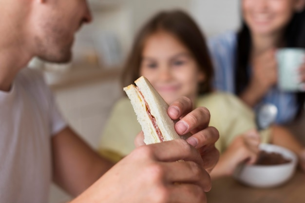 Крупный план семьи едят вместе Бесплатные Фотографии