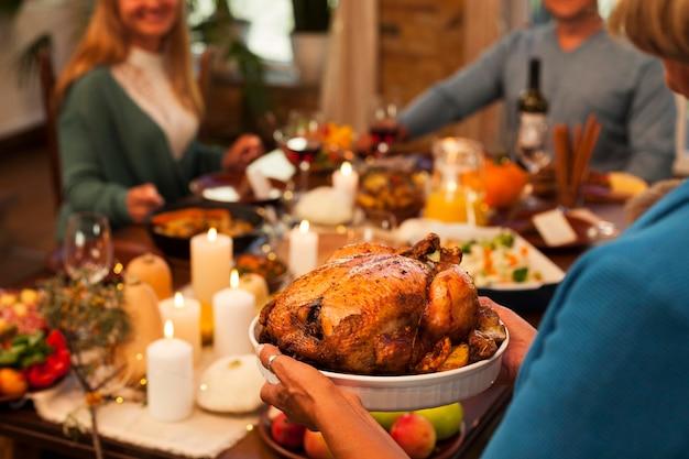저녁 식사에 근접 가족 구성원 무료 사진