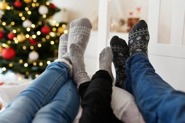 Primo piano delle gambe della famiglia in calzini caldi Foto Gratuite