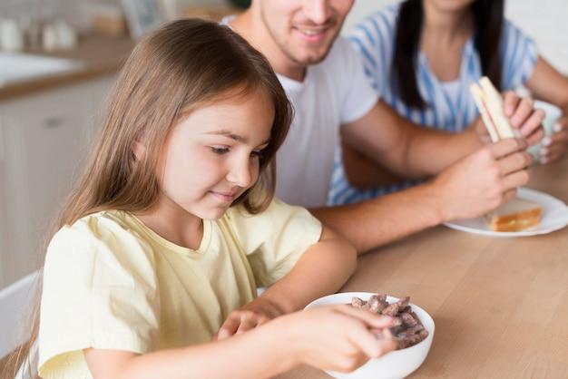 Макро семья сидит за столом Бесплатные Фотографии