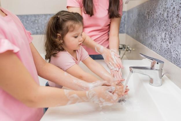 クローズアップ家族の手を洗う 無料写真