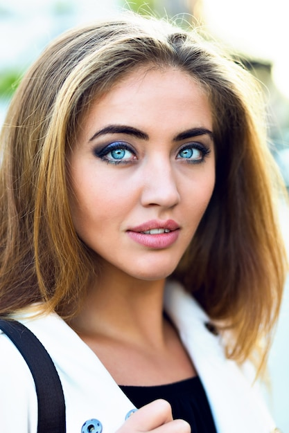 Close up fashion portrait of elegant woman with big blue eyes and dull lips, nature style. Free Photo