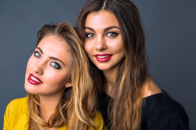 Крупным планом портрет моды удивительной блондинки и брюнетки, идеальной кожи, яркого макияжа, чистой красоты, полных сексуальных красных губ, осенне-зимнего стиля, Бесплатные Фотографии