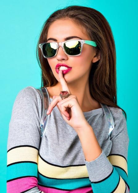 エレガントなきれいな女性のファッションポートレート、明るいセクシーな顔、スタイリッシュなカジュアルセーター、春のパステルカラーをクローズアップ、彼女の口に指を入れてください。 無料写真