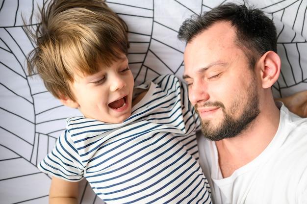 Макро отец и сын в постели Бесплатные Фотографии