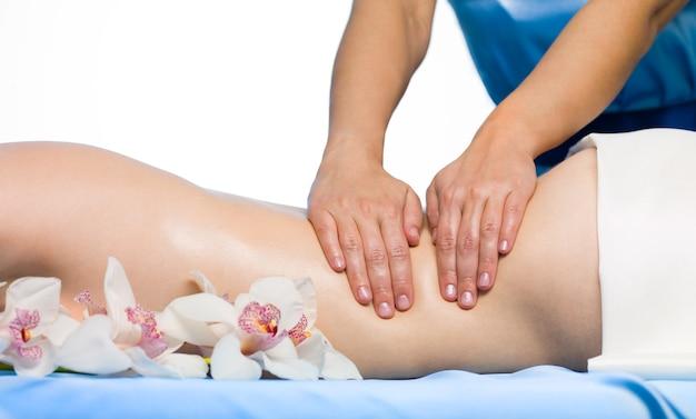 Крупным планом женская спина отдыхает массаж - горизонтальный Бесплатные Фотографии