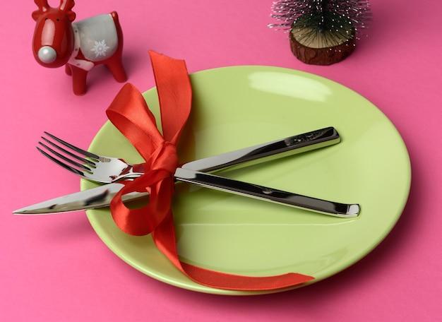 Закройте праздничные столовые приборы на столе Premium Фотографии