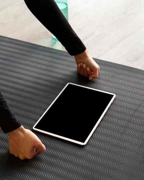 Кулаки крупным планом, стоя с планшетом Premium Фотографии