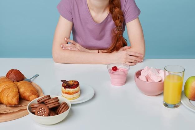 Крупным планом плоский белый кухонный стол, на котором лежала выпечка и свежий фруктовый сок вишневый йогурт Бесплатные Фотографии