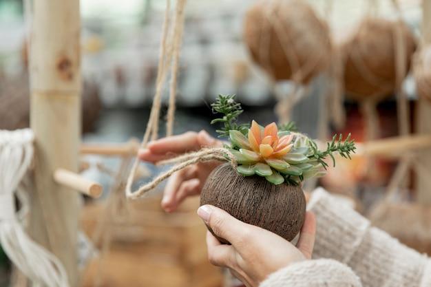 Флорист крупным планом в помещении Бесплатные Фотографии