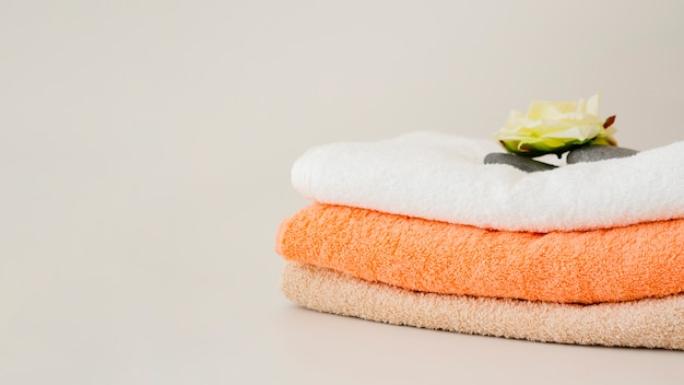 Close-up folded clean towels with flower Free Photo