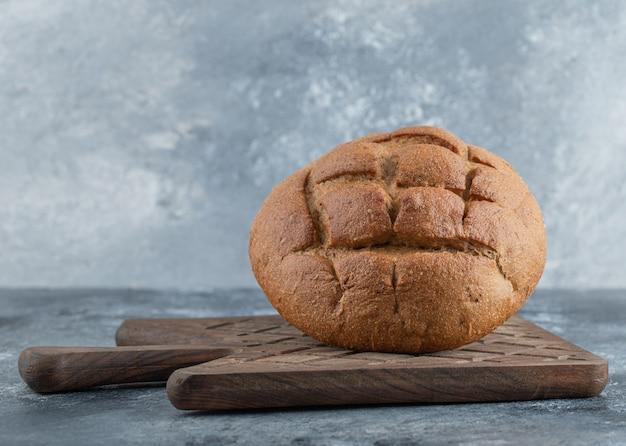 焼きたての自家製ライ麦パンをクローズアップ。高品質の写真 無料写真