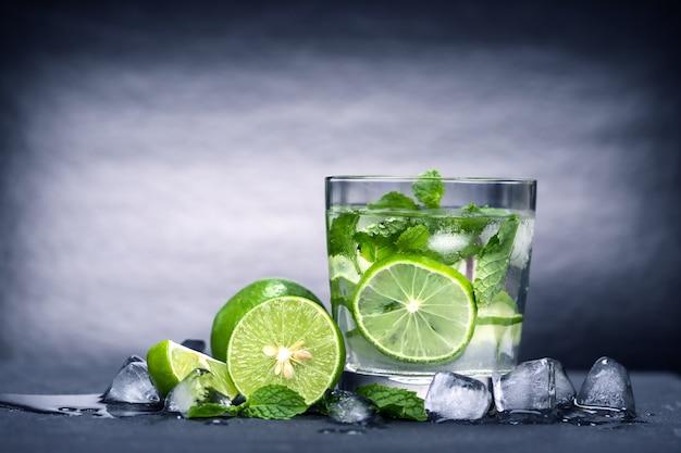 Close up fresh mojito cocktail Premium Photo