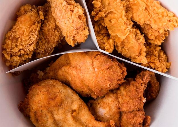 Secchio di pollo fritto primo piano Foto Gratuite