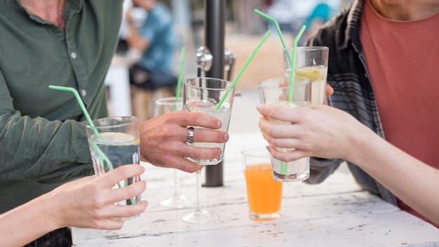 Друзья крупным планом, держащие напитки Бесплатные Фотографии