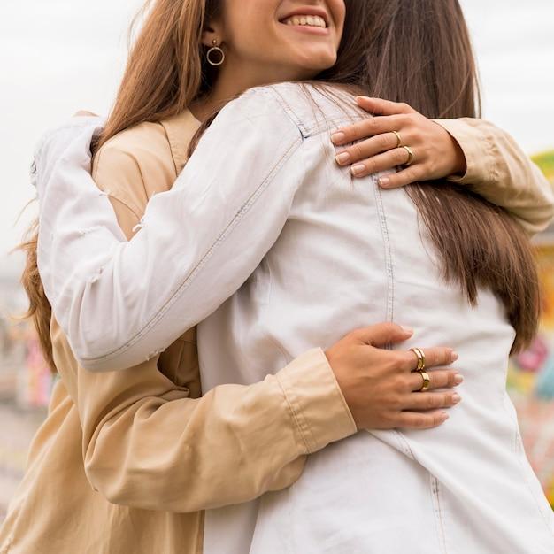 Close-up friends hugging Premium Photo