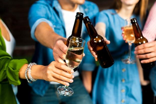 Close-up friends toasting alcoholic Free Photo
