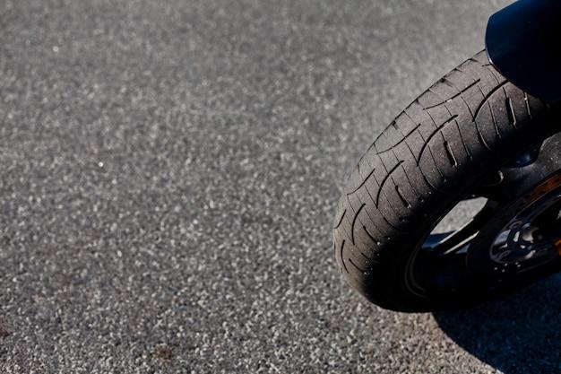バイクのフロントタイヤを閉じる Premium写真