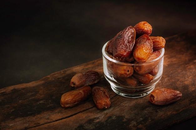 机の上のナツメヤシの果実を閉じます。ナツメヤシの果実またはクルマの乾燥 Premium写真
