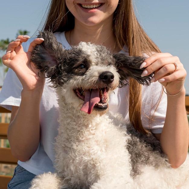 Ragazza del primo piano che tiene gli anni del cane Foto Gratuite