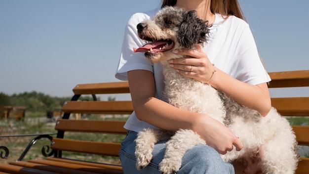 Крупным планом девушка держит счастливую собаку Бесплатные Фотографии