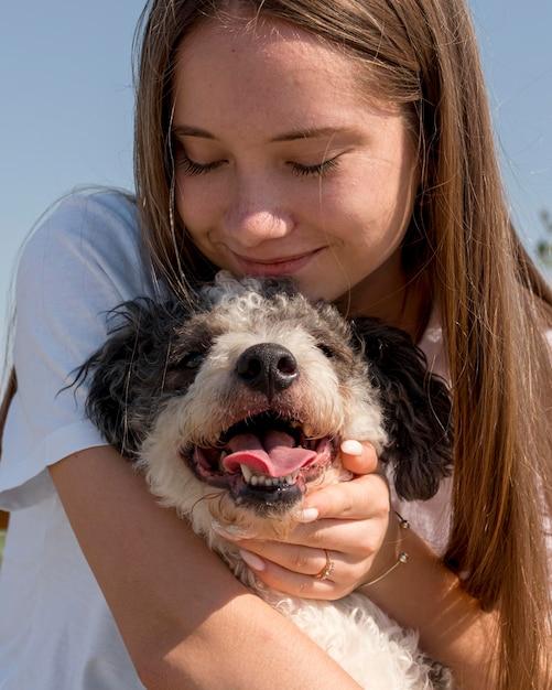 Крупным планом девушка обнимает милую собаку Бесплатные Фотографии
